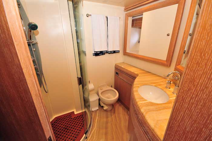 Azimut 98 FT Leonardo Full En-suite Bathroom
