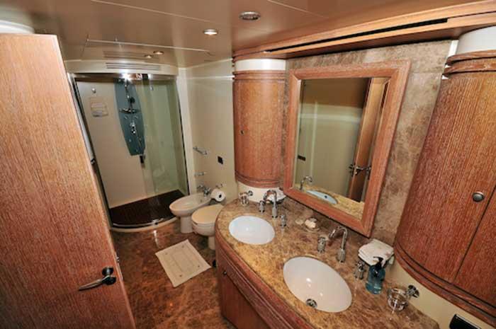 Azimut 98FT Leonardo Immaculate State of the Art Main Cabins Bathroom