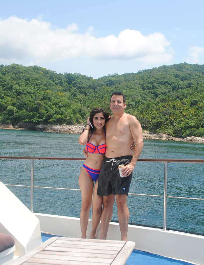 Propose-on-a-yacht-in-Puerto-Vallarta
